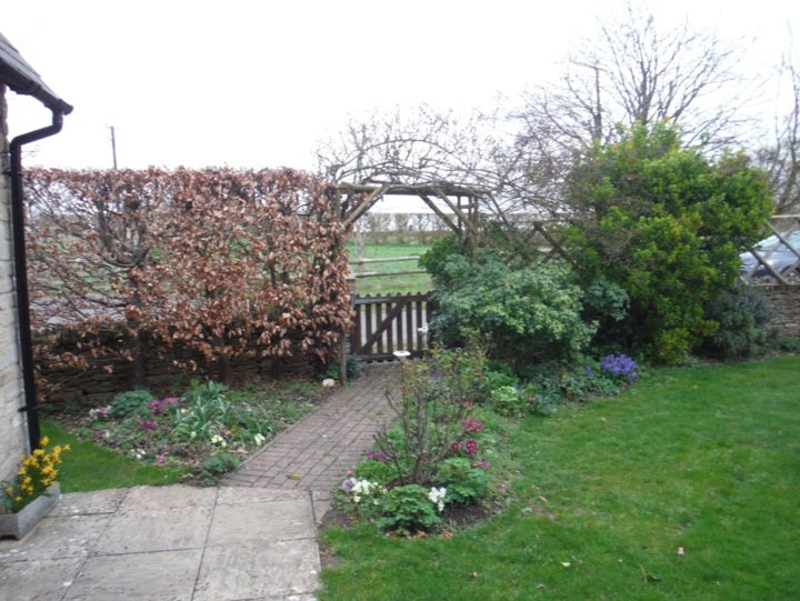 Park Lane Cottage - path and front gate